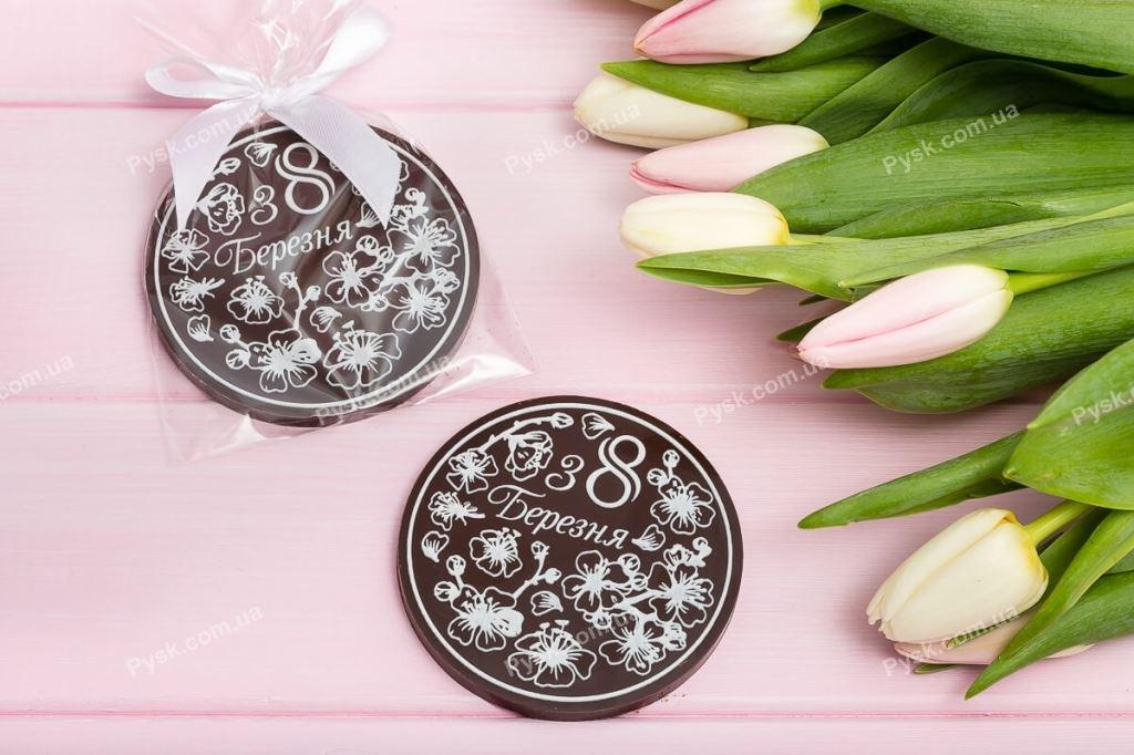 Шоколадная медаль для девушек на завязке